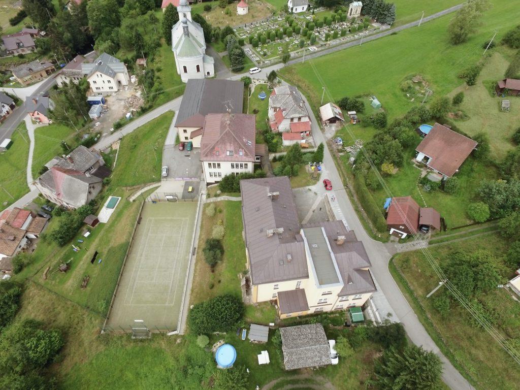 Fotografie školy z ptačí perspektivy